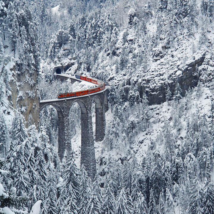 embarquez-a-bord-de-ces-trains-qui-sillonnent-les-alpes-pour-un-voyage-a-flanc-de-montagne-epoustouflant11