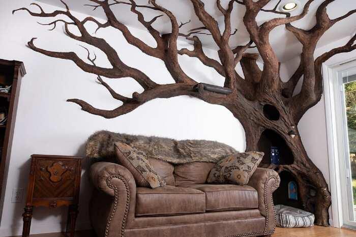 Il ridiculise le concept des arbres à chat en créant un véritable arbre pour son félin