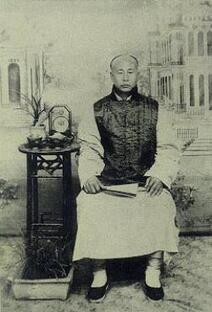 Huo Yuan-jia serait né vers 1868. Célèbre adepte de kung-fu du début du siècle Huo Yuan-jia fut le maître de la première école d'art martiaux chinoise moderne le « Jingwu Men ». Sa vie et surtout sa mort, survenue dans des circonstances suspectes, aura nourri un mythe durable souvent mis en scène au cinéma.