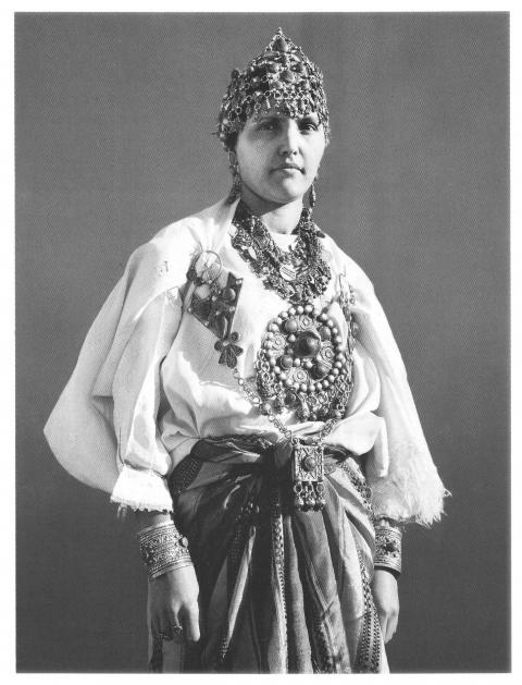 Femme kabyle portant diadème, boucles d'oreilles colliers, bracelets, bagues (photo A. Bozom).