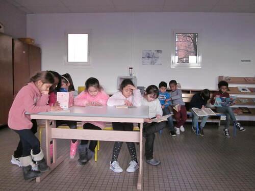 Les élèves de CE1 B à la BCD
