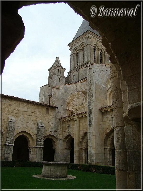 Abbaye de Nieul-sur-l'Autise Vendée l'église vue du cloître