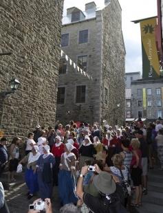 Défilé des bénévoles incarnant les Filles du roi, Fêtes de la Nouvelle-France, édition 2013, à Québec