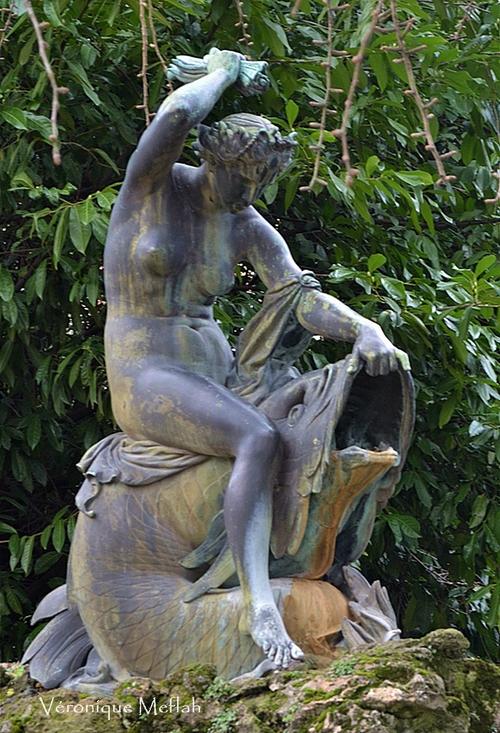 La nymphe tourmentant un Dauphin, Joseph Félon (1818-1896) Sculpture en Bronze.