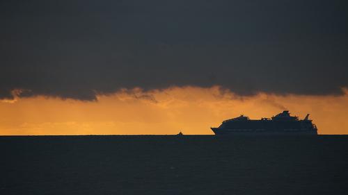 """Le plus grand paquebot du monde """"Harmony of the seas"""" a pris la mer pour ces premiers essais. Photo prise hier vers 18 h 45 au port de Comberge à St Michel Chef Chef."""