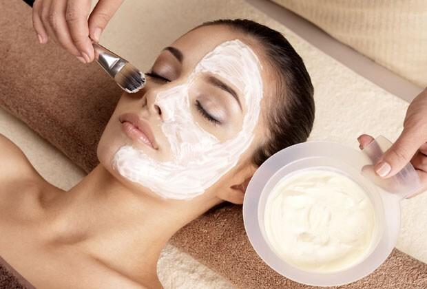 A máscara de banana, mel e suco de laranja é indicada para todos os tipos de pele (Foto: Thinkstock)