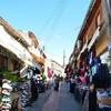 Après l'obtention d'un visa, on entre dans Nicosie nord par cette rue commerçante.