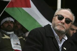 """قال النائب في مجلس العموم البريطاني """"جورج غالاوي"""" إن """"جدار العار التي تبنيه السلطات المصرية على الحدود مع قطاع غزة يحتاج إلى تحدٍ، وسأكون أنا من يتحداه"""".     وأضاف """"غالاوي"""" في حفلٍ تكريمٍ نظمته الحكومة الفلسطينية في غزة مساء الخميس أن دول العالم لو كان لها رئيس وزراء كرئيس الوزراء التركي أردوغان فسيكون العالم أفضل حالاً مما هو عليه""""."""