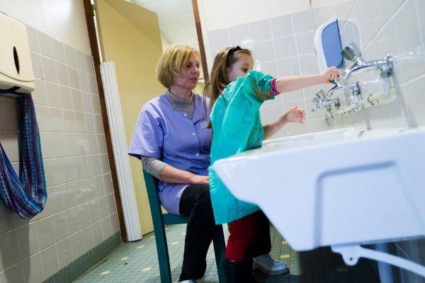 Marchepied à hauteur de lavabos pour les enfants dans une école maternelle
