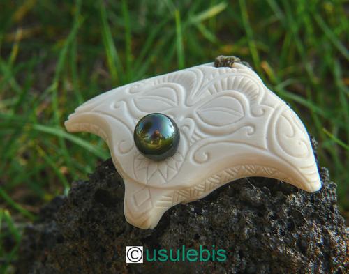 pendentif Raie Manta (regard protecteur) avec perle de Tahiti