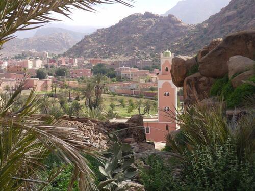 La mosquée et Tafraoute en arrière plan