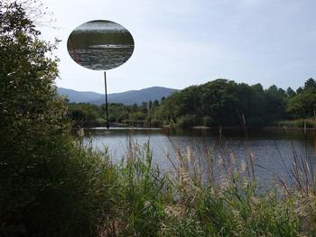 Le lac des Escarcets. En médaillon, la tête d'un ragondin en train de nager