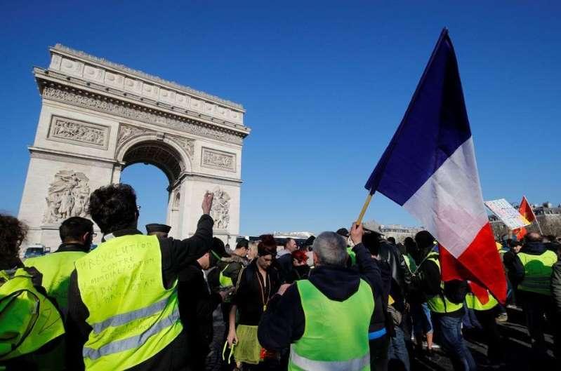 """Un """"gilet jaune"""" porte plainte à Paris pour """"entrave à la liberté de manifester"""""""