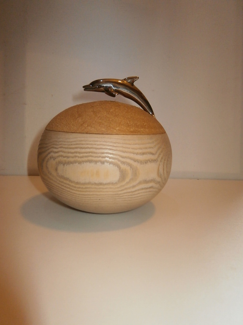 BOÎTE en FRÊNE - Couvercle en MERISIER - Poignée dauphin - Diam.11,5 cm - H.12 cm