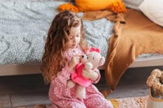 Petite Fille Joue Au Docteur, Fait Une Injection à La Poupée   Photo Premium