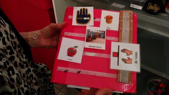 Grâce à ce cahier plein d'images à scratch appelé PECS (Système de Communication par Échange d'Images), les enfants qui ne parlentpas peuvent s'exprimer.