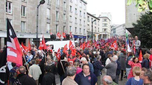 """Les manifestants scandaient """"Retrait, retrait, des ordonnances Macron""""."""
