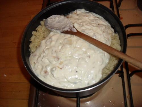me revoilà avec une recette simple, pâte sauce au fromage de chèvre et oignon