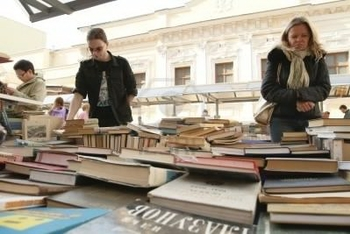 7278342-moscow--april-7-reading-city--sale-of-books-in-the-center-of-moscow-on-arbat-street-april-7-
