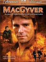 Travaillant pour la Fondation Phoenix, MacGyver est appelé à l'aide dès qu'une situation périlleuse l'exige. Adepte de la non-violence, il n'utilise que son intelligence, sa malice et son couteau suisse pour venir à bout de complots, attentats et autres sinistres projets.
