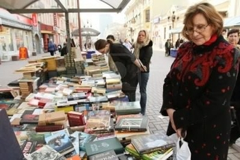 7278341-moscow--april-7-reading-city--sale-of-books-in-the-center-of-moscow-on-arbat-street-april-7-