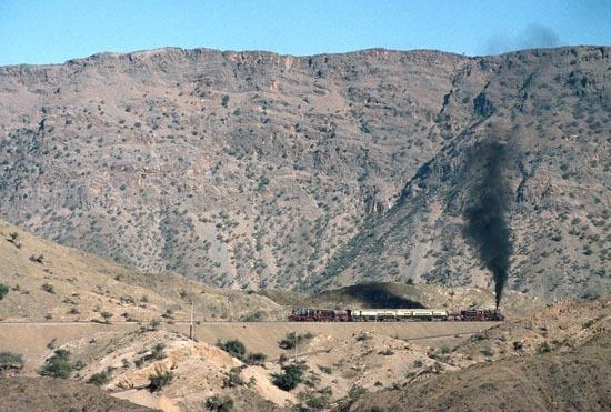Le train de la Khyber Pass perdu dans les montagnes du Pakistan...