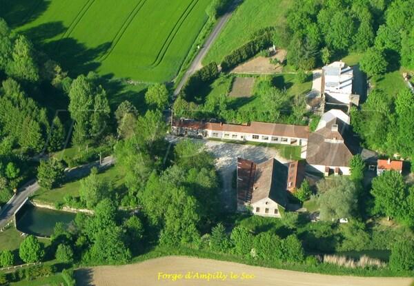 Le Châtillonnais vu du ciel :  abbayes et églises, industries et commerces