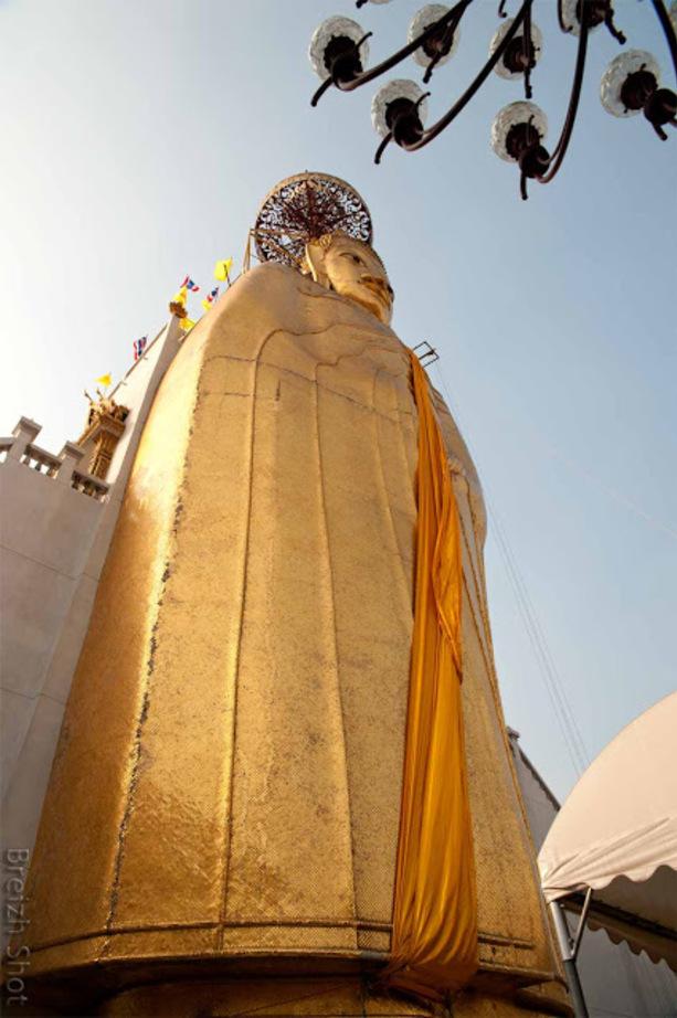 Bouddha gréant du wat Intaravihan : Le Bouddha géant en perspective contre-plongeante