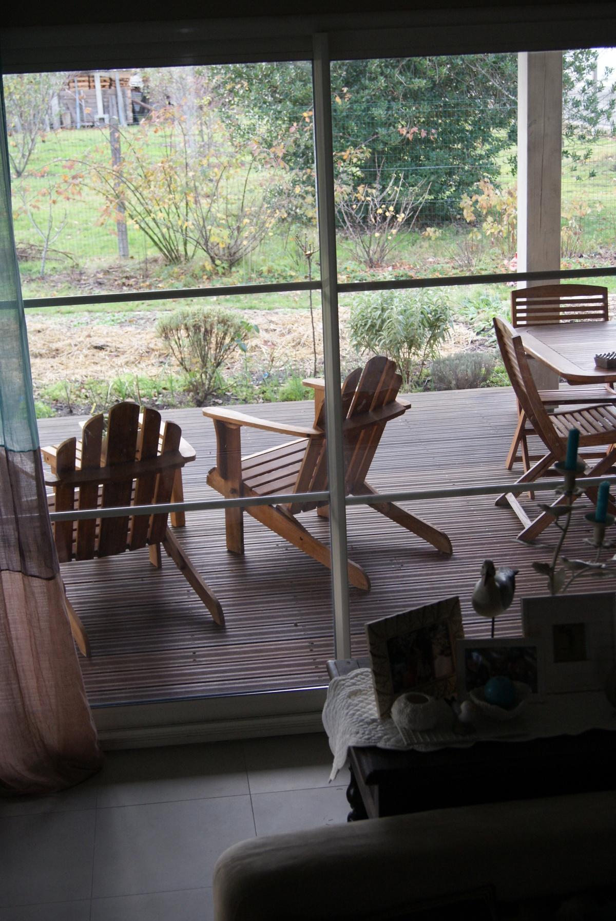 Fenêtre sur jardin de fin d'automne