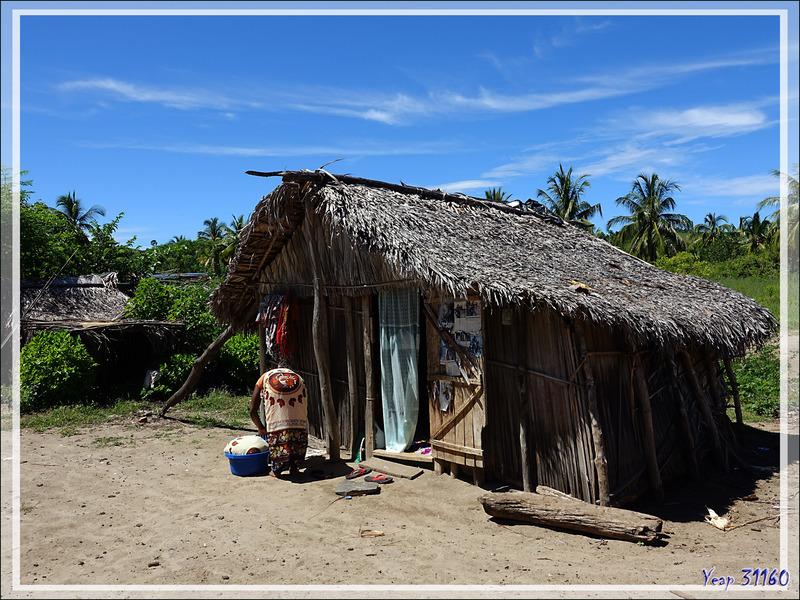 Ambaramidada : Case vue de dehors et vue du dedans - Grande Mitsio - Madagascar
