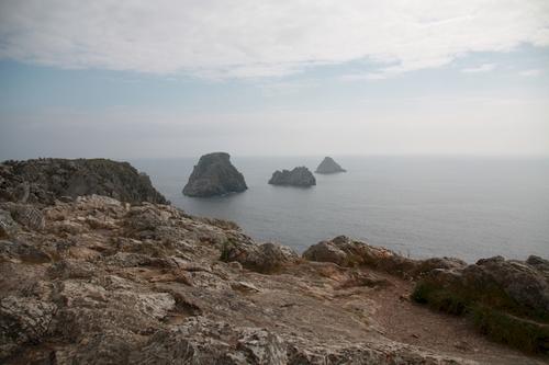 """Pour connaître l'origine de la Pointe de Pen-Hir (« Beg Penn Hir » en breton), qui correspond à l'une des extrémités occidentales de la presqu'île de Crozon, il faut revenir 475 Ma en arrière. L'horizontalité de sa surface, qui interloque lorsque l'on se retrouve face à cette avancée rocheuse de grès armoricain, correspond à une surface d'érosion mio-pliocène.  Il faut dire aussi qu'il y a eu beaucoup d'agitation au 17ème siècle près de la Pointe de Pen-Hir : Située à Camaret-sur-mer, les anglais tentèrent à plusieurs reprises d'y débarquer, dans le but d'accéder plus facilement à la rade et au port militaire de Brest. La bataille la plus célèbre, connue sous le nom de """"bataille de Camaret"""" ou """"bataille de Trez-Rouz"""", a eu lieu en 1694 pendant la guerre de la Ligue d'Augsbourg. Le 18 juin de cette même année, la flotte anglo-hollandaise, venue détruire une partie de la flotte française installée à Brest, est vaincue par Vauban grâce à ses fortifications"""