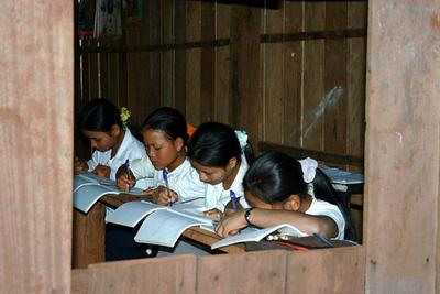 Blog de images-du-pays-des-ours :Images du Pays des Ours (et d'ailleurs ...), Ecole d'un village Kreung - Rattanakiri - Cambodge