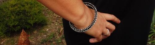 Bracelet réalisé avec du matériel de récupération