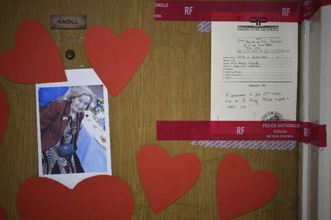 La porte de l'appartement de Mireille Knoll, dans un immeuble HLM de l'avenue Philippe-Auguste à Paris 11e