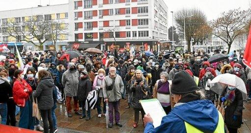300 personnes se sont rassemblées, place Aristide-Briand à Lorient contre la loi Sécurité globale et contre «la politique sécuritaire» du maire de Lorient, Fabrice Loher.