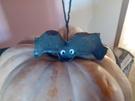 * Bricolages: des chauve-souris recup à suspendre