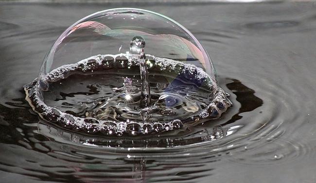 Goutte d'eau dans une bulle de savon