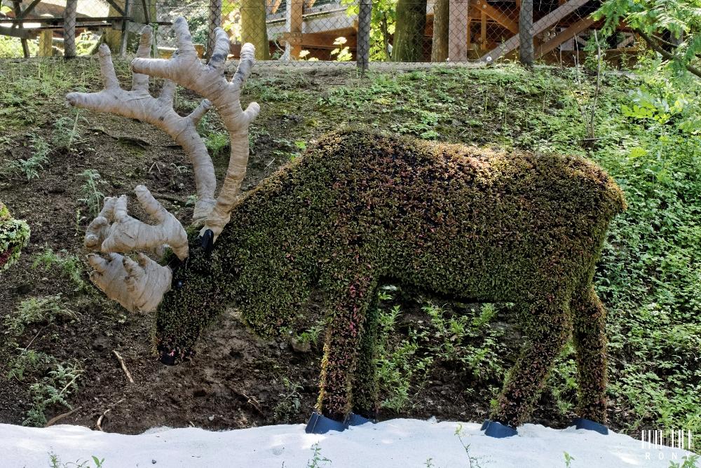 Un caribou et deux Inuits : magnifique mosaïcultures