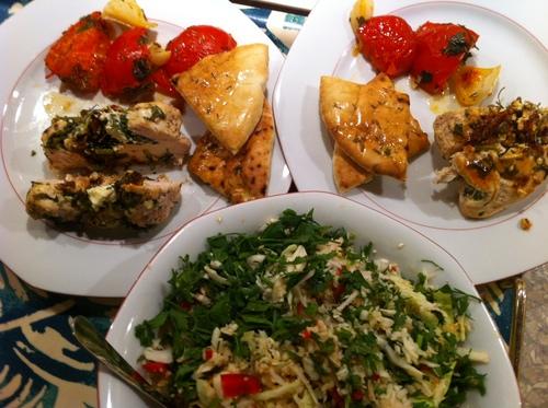 Un repas Chypriote, poulet, salade, tomates et pitas!