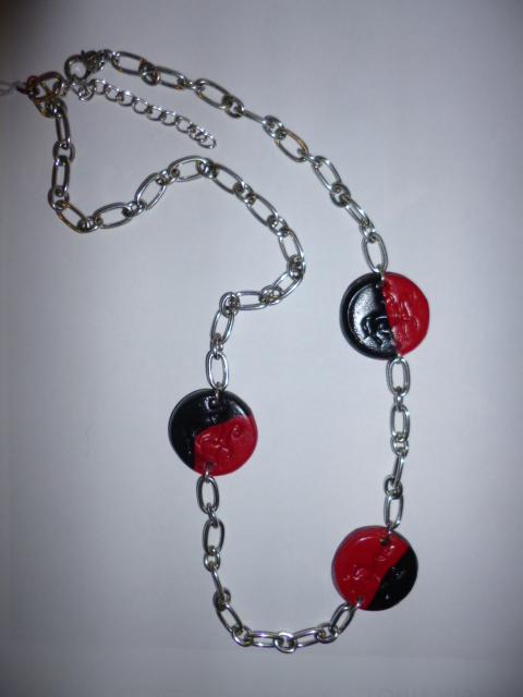 Un sautoir en rouge et noir