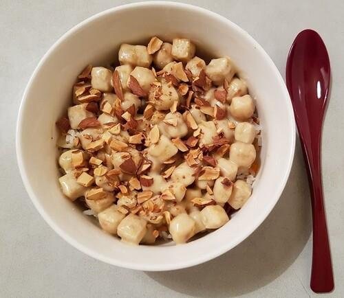 Cubes de TOFU croustillants enrobés de sauce à la mayonnaise, lait condensé & miel, parsemés d'amandes rôties