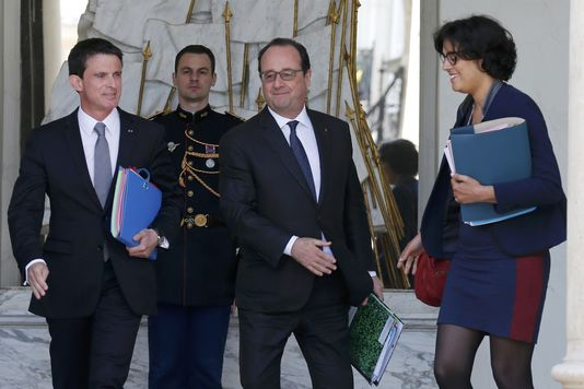 French President Francois Hollande (C) stands between Prime Minister Manuel Valls (L) and Labour Minister Myriam El Khomri (R) after the weekly cabinet meeting at the Elysee Palace in Paris, France, May 25, 2016.  REUTERS/Pascal Rossignol