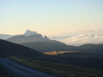 De bon matin, vers le Sud-Est : les Sestrales devant la Pena Montanesa