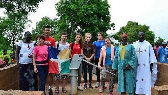 Les jeunes de l'aumônerie, en présence du chef du village et du père Christophe Valéa, autour du puits de Gandado, à l'issue de la bénédiction de ce dernier.