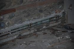 Début des plintes du mur de briques