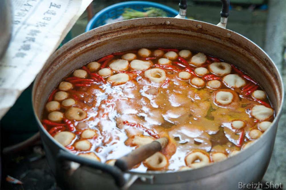 La restauration de rue à Bangkok :  Une préparation culinaire qui écorche les papilles par la présence de nombreux piments rouges