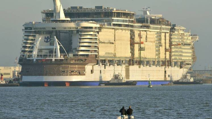 RUVER: Harmony of the Seas er er vann under kjølen for første gang ved STX Shipyards i Saint-Nazaire, Frankrike.  AFP PHOTO / GEORGES GOBET