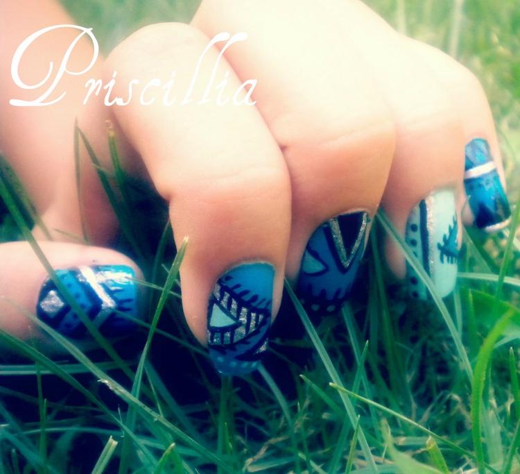 Nail art Motif africain bleu