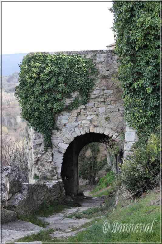 Ménerbes Vaucluse porte sur les remparts