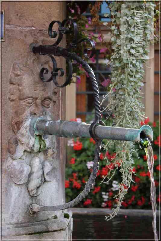 Alsace Route des Vins Turckheim Fontaine Vierge à l'Enfant XVIIIème siècle
